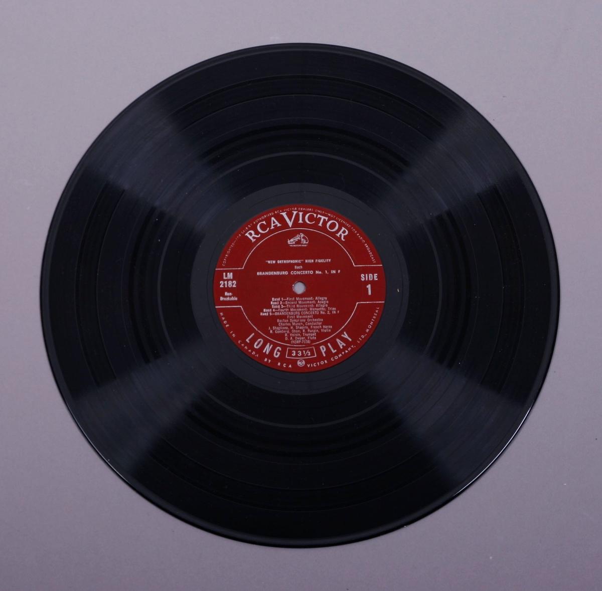 Grammofonplate i svart vinyl og plateomslag i papp. Plata ligger i en papirlomme.