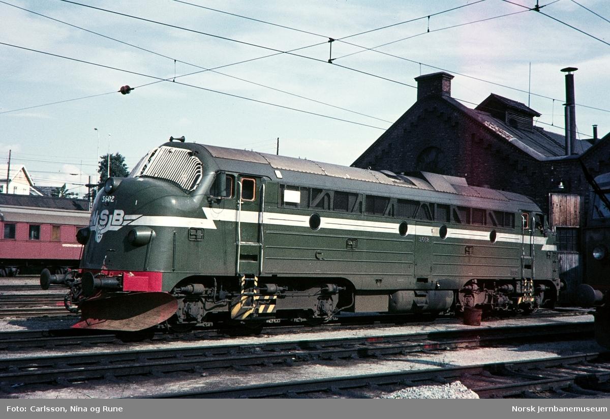 Diesellokomotiv Di 3 602 ved Rørosstallen på Hamar stasjon
