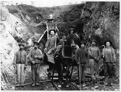 8 rallare og en hest. Trolig bygging av jernbane.
