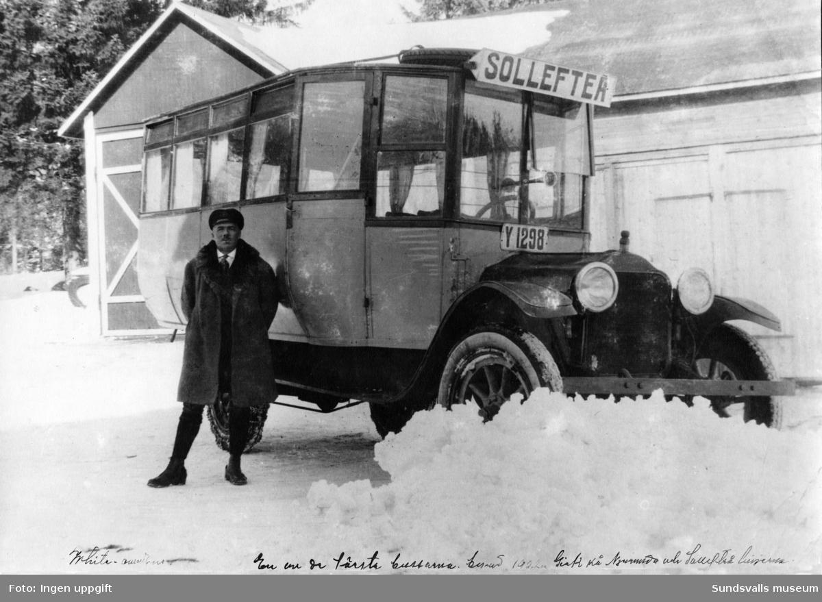 """Buss med chaufför. Registreringsnummer Y1298. Sollefteå. Text nederst i bilden """"Whita-omnibus. En av de första bussarna, byggd 1922. Gick på njurunda- och sundsvallslinjerna""""."""