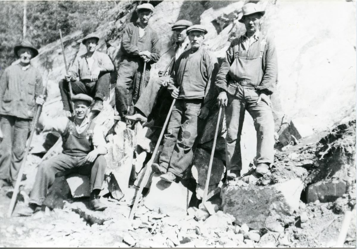 Johannes Eggen og Einar Framnes, Hans Larsen , Per Leistrud, Gerhard Lønnum med fleire vegarbeidarar i Juvkamsberga. Take først i 30-åra.