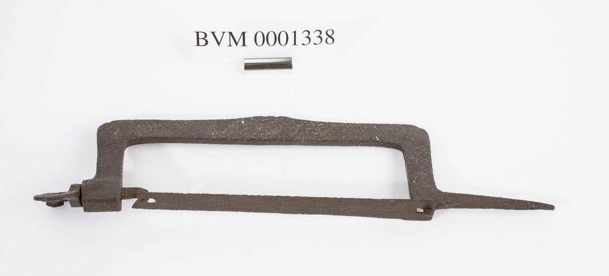 Baufila er laget helt av jern. På fila står det SET? 1786 og 1740.