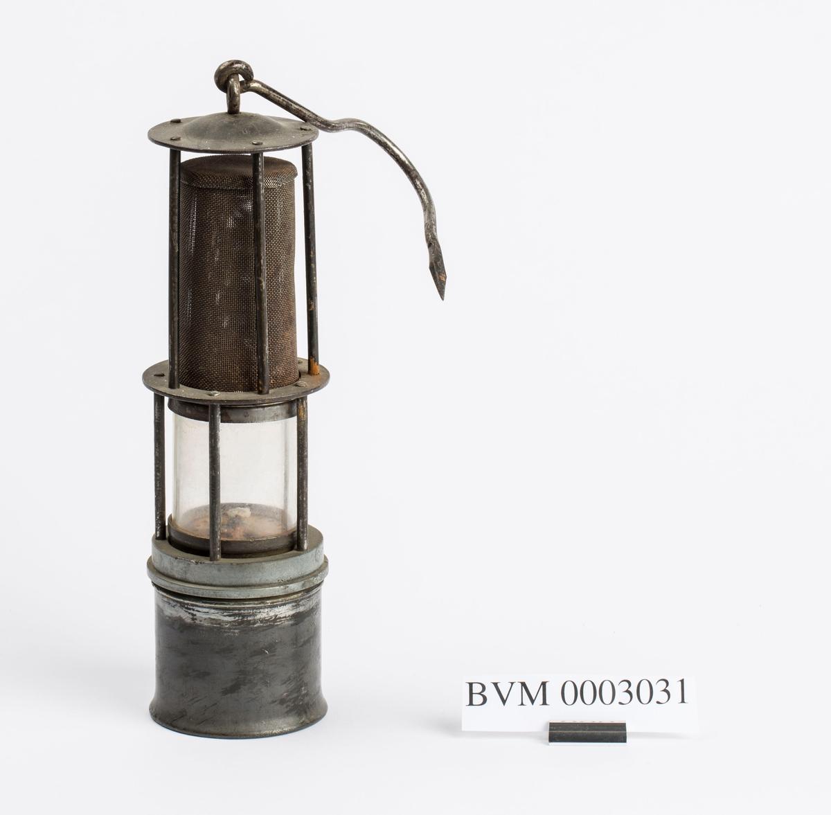 """UKJENT PROVENIENS. MED LAPP """"SVEN GUNNERUD 20.5.85 EIER DENNE LAMPE"""". SAMME TYPE LAMPE SOM BVM 1109."""