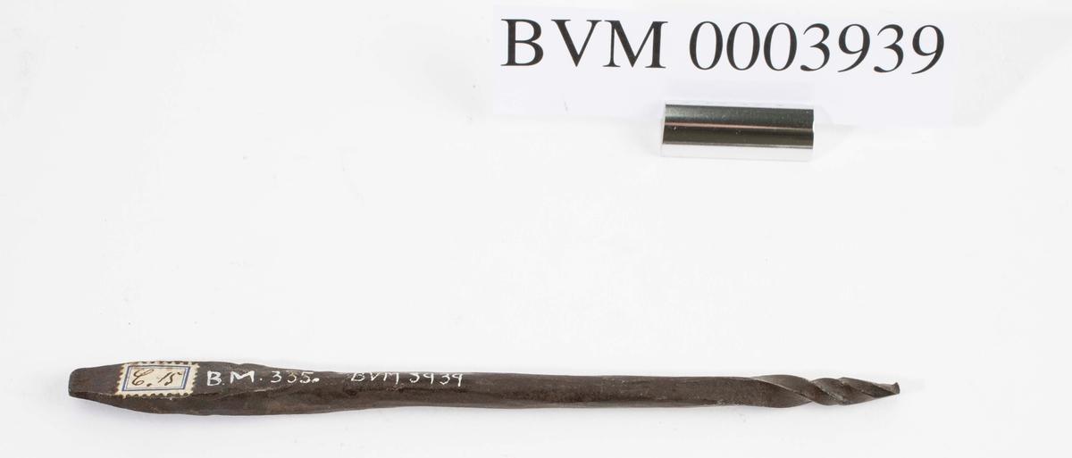 """""""Navere."""" NTM: """"Fra snekkerverkst. loft i Kongsberg. Til diverse trearbeider."""" Jf. BVM 335 og 3938-3939."""