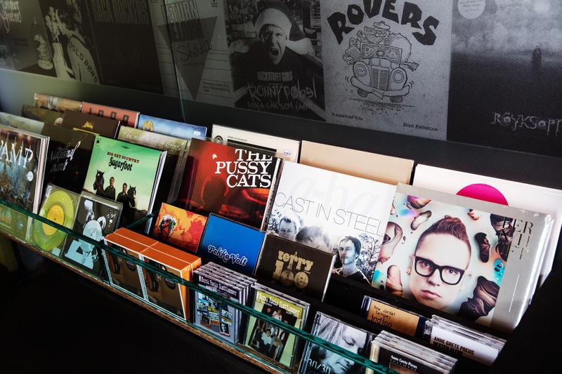 LPer og CDer i butikkhylle (Foto/Photo)