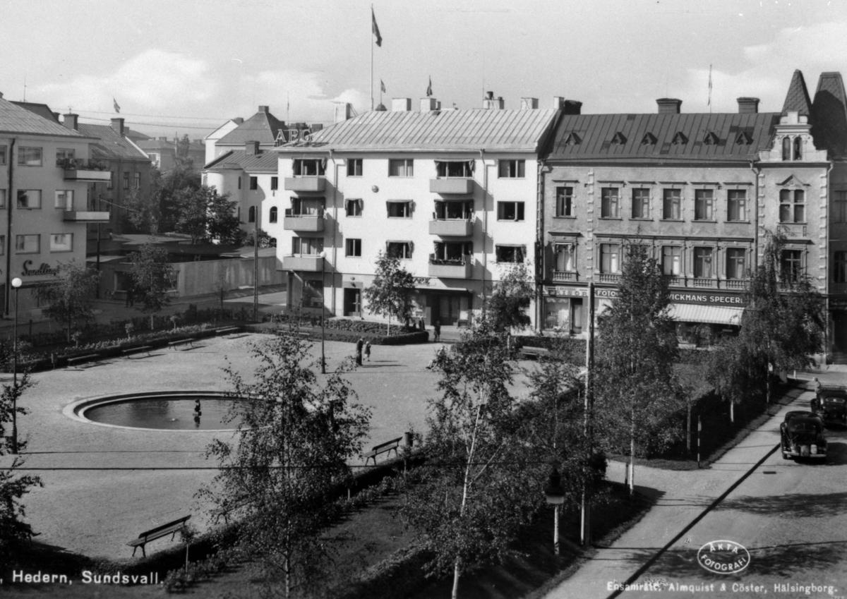 """Lekparken Hedern. I bakgrunden kvarteret Skatten som ligger vid  Torggatan. Till höger i bild Rådhusgatan Text på vykortet """"Hedern. Sundsvall""""."""
