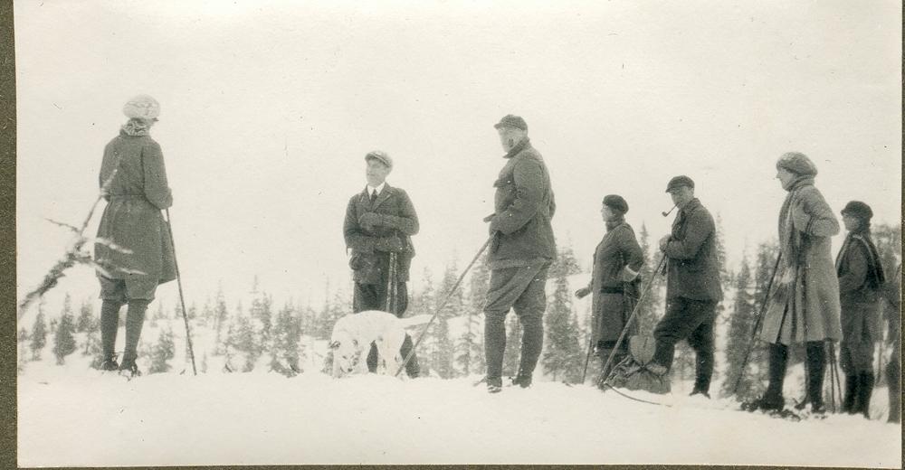 Påsketur. En gruppe menn og kvinner på ski.