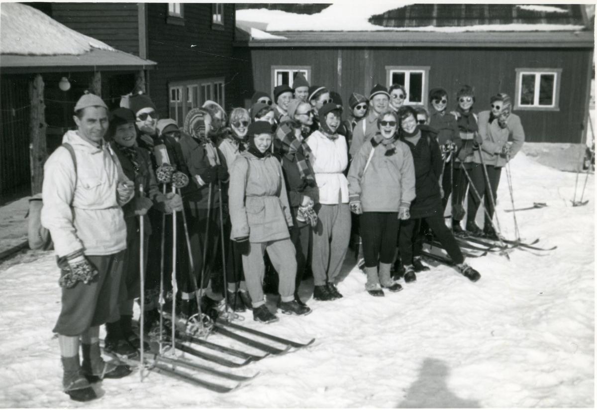 Framhaldsskolen i Begnadalen på skitur, 1954/55.
