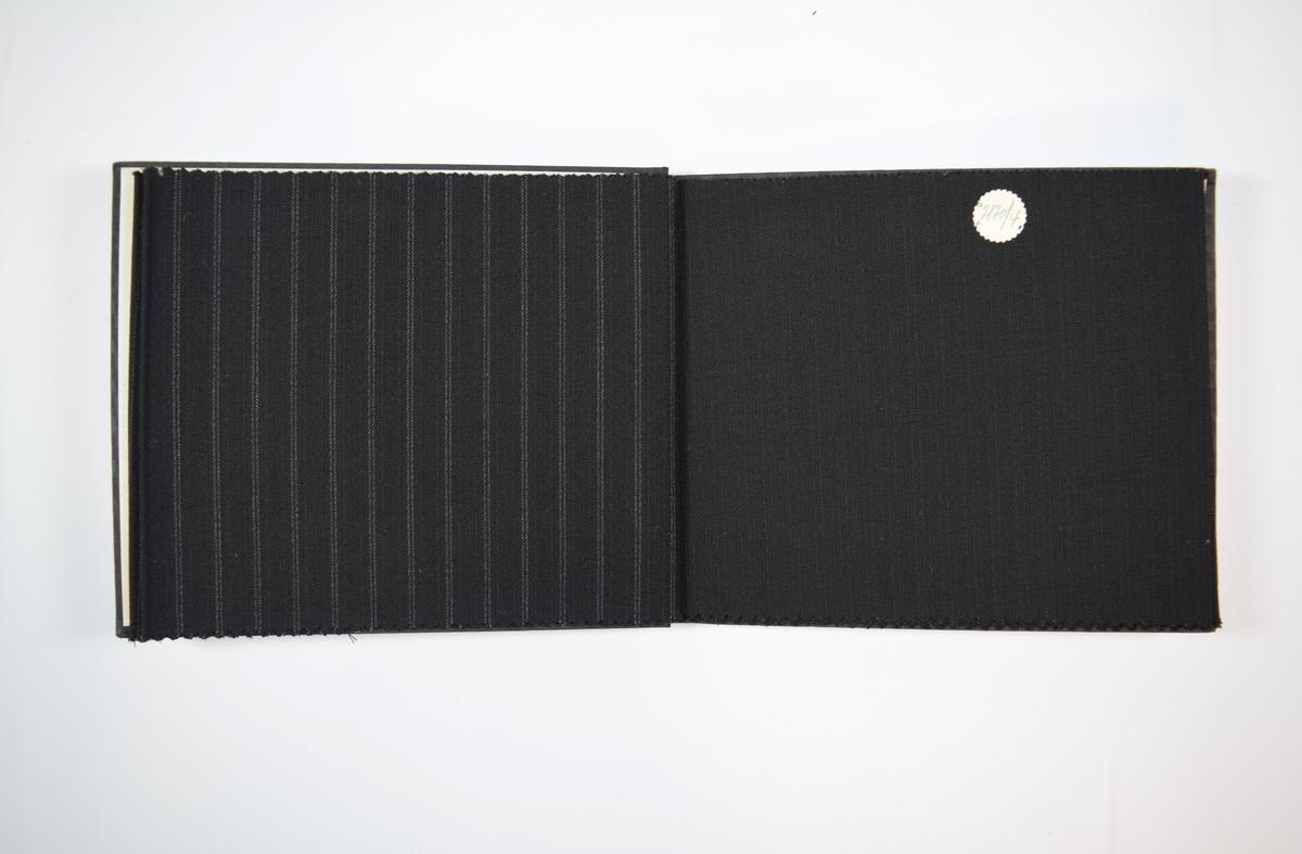Rektangulær prøvebok med fem stoffprøver og harde permer. Permene er laget av hard kartong og er trukket med sort tynn tekstil. Boken inneholder relativt tynne, tette, sorte stoff med ulike stripemønster. Baksiden/vranga er mye jevnere uten særlig stripemønster. Stoffet ligger brettet dobbelt i boken slik at vranga skjules. Stoffet er merket med en rund papirlapp, festet til stoffet med metallstifter, hvor nummer er påført for hånd.   Stoff nr.: 2120/1, 2120/3, 2120/4, 2120/25, 2120/26.