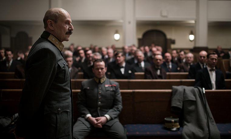 Kong Haakon i kriseråd på Festiviteten. Dette er ikke tiden for å vakle. Kongen avviser regjeringens avskjedssøknad. Nygaardsvold er nedbrutt og  ønsker regjeringens avskjed. Foto: Agnete Brun/Paradox.