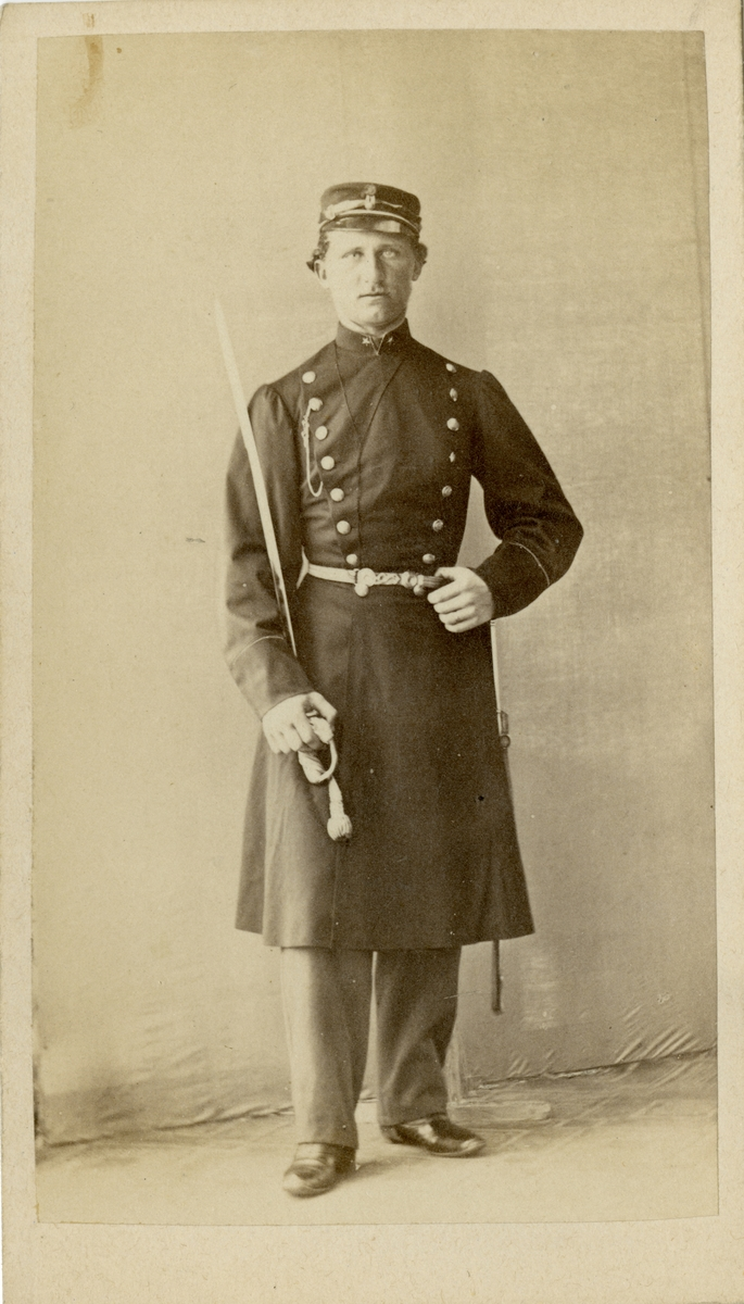 Porträtt av Charles Emile von Oelreich, underlöjtnant vid Sörmlands regemente I 10. Se även bild AMA.0008202 och AMA.0008221.