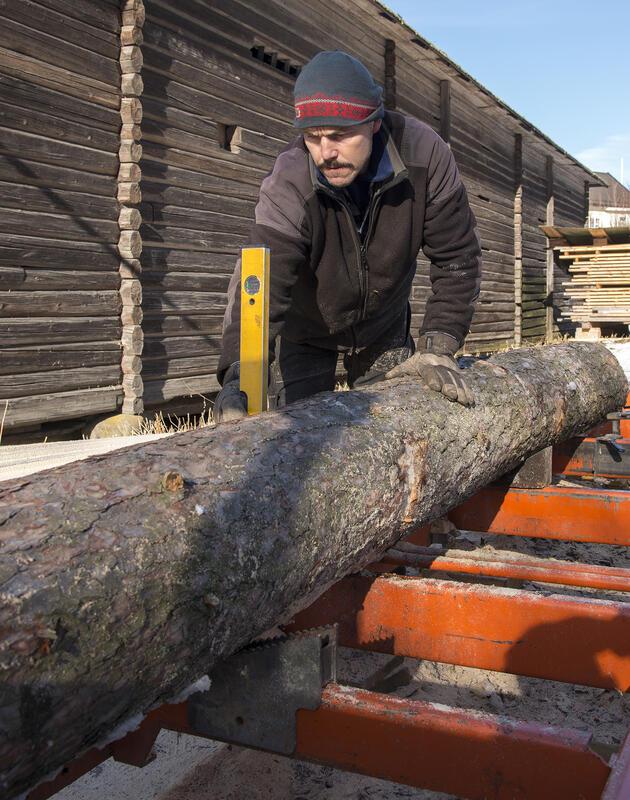 Manuell vatring for å sikre jevntykke planker.