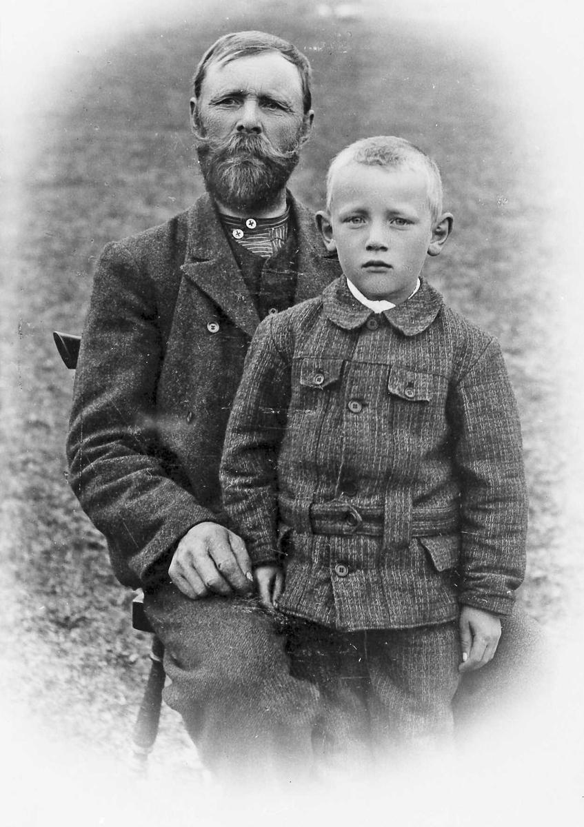 Bilde av en (bestefar) mann og en gutt, klær.
