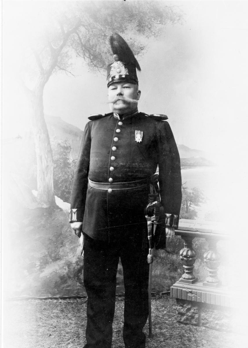 Fanjunkare Per Johan Skogh 1857-1923, Brunn, född i Årsunda. Tjänstgjorde vid Hälsinge Regemente samt även Dala Regemente. Skräddare med officersuniformer som specialitet. Efter pensioneringen var han kamrer vid Norrlandsbankens kontor i Hedesunda.