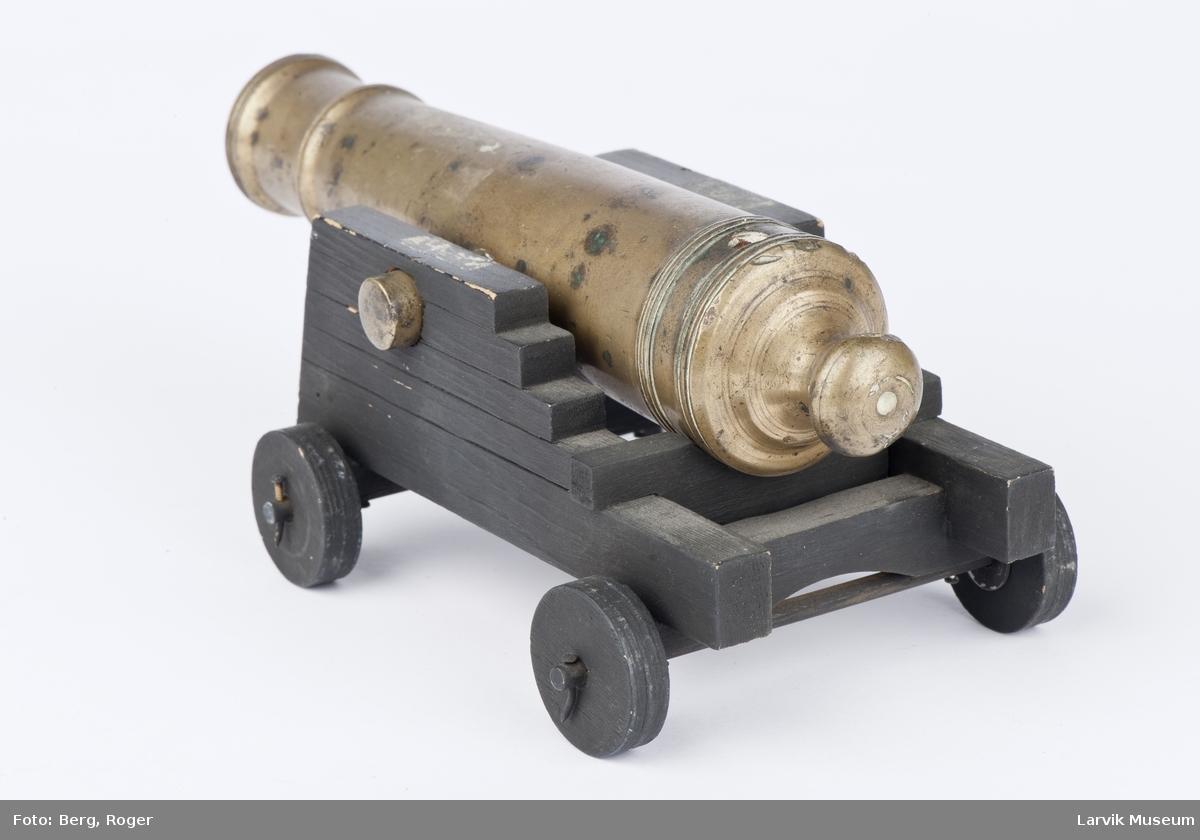 Miniatyrutgave av kanon på attiv med hjul