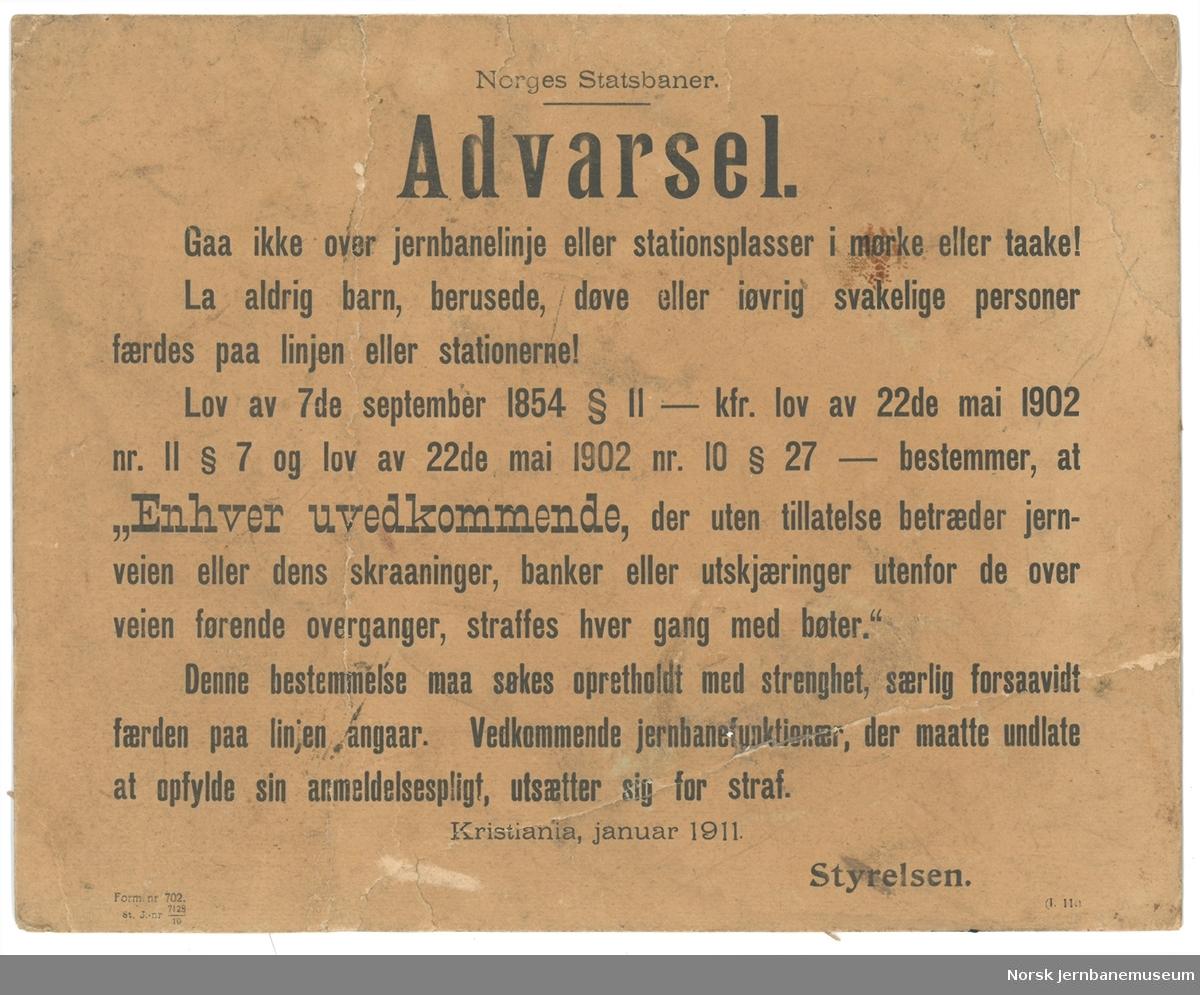 Oppslag: Norges Statsbaner. Advarsel. Gaa ikke over jernbanelinje eller stationsplasser i mørke eller taake!