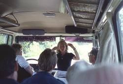 Byggnadsantikvarie Agneta Ericsson guidar under busstur
