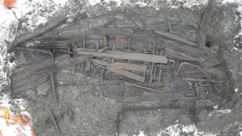 BåtLab'ens arbeid tar utgangspunkt i arkeologiske båtfunn, her representert ved Barcode 6 slik den ble funnet i jorda.