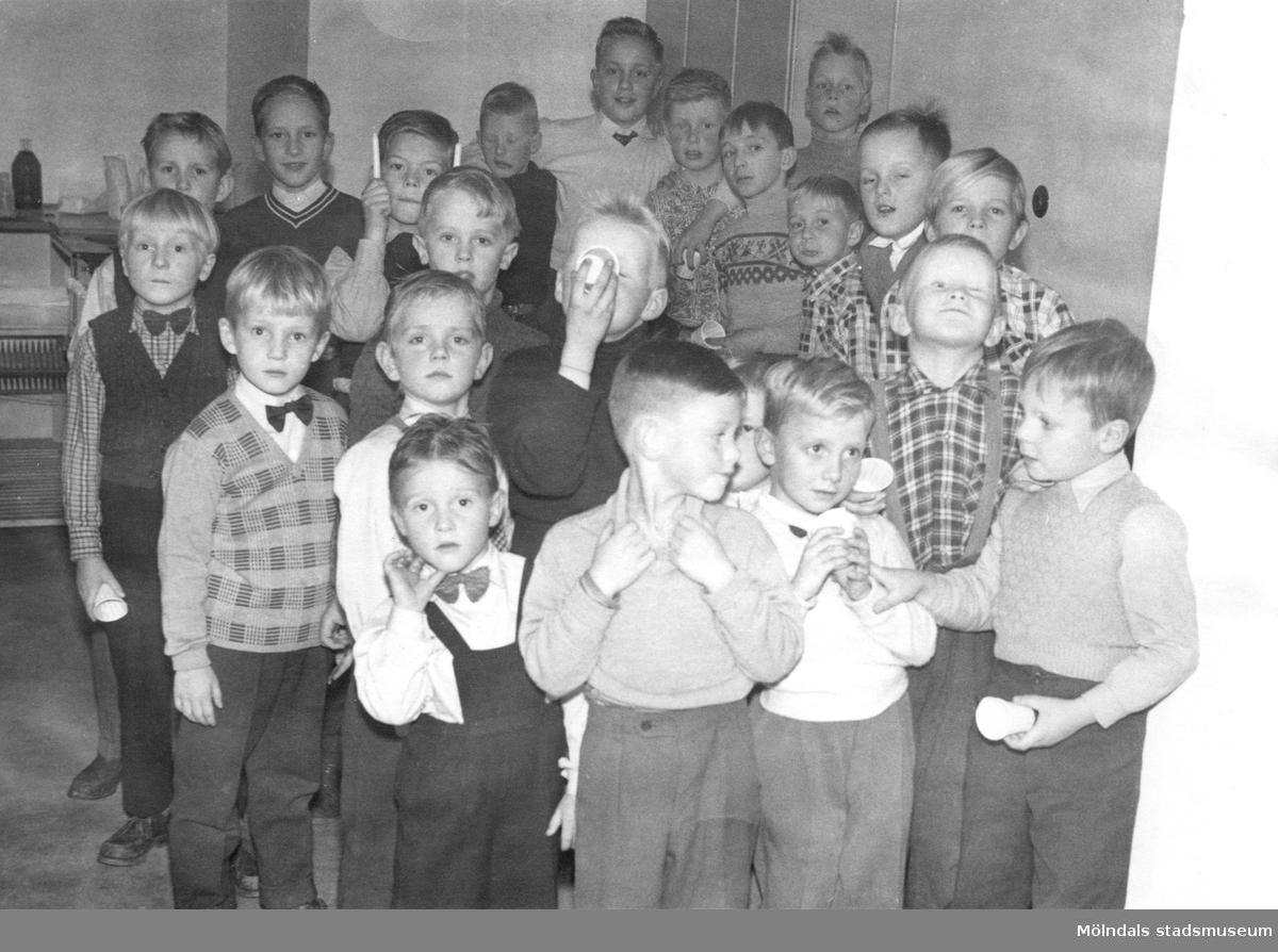 Pojkarna på Ryet. Luciafest med boende på Ryet i skyddsrumslokalen i källaren på Rygatan 13 i Mölndal, i mitten på 1950-talet.  Husen på Ryet ägdes av Papyrus. Alla som bodde där arbetade på Papyrus.