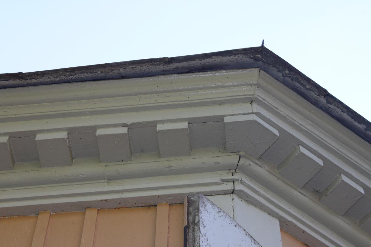 Byggnadsstommen är tillverkad av timmer med släta knutar, dolda bakom ljust gråmålade knutlådor. Lusthuset har ett åttkantigt utförande och är placerat på en syllmur av huggen sten. Byggnaden ligger i svagt sluttande terräng. Den södra entrén har ett trappsteg av huggen sten och den motsatta entrén har två trappsteg. Det åttkantiga kupoltaket är klätt med falsade kvadratiska plåtar och kröns av en blomurna och blombukett i plåt. Plåten är målad i en röd kulör. Takfoten har ett tandsnitt i trä. Fasaden är klädd med locklistpanel och har en dropplist nederst, allt målat i en ljust gul kulör. Dubbla entrédörrar är placerade mitt emot varandra på fasaden. De yttre pardörrarna är tillverkade av plankor och har tre gångjärn - stubbhakar per dörrblad. De inre pardörrarna, som hänger på franska gångjärn med runda tappknoppar, är rektangulara och glasade till 2/3. Rutorna har träspröjsar. Nedtill har dörrarna en fasad spegel. Över innerdörrarna finns ett lunettfönster med skuren träspröjs. De sex  fönsterluckorna är rundade upptill som ytterdörrarna. Fyra av dem är öppningsbara. Underdelen på fönstret har profilerad kant. Innerfönstren är konstruerade på liknande sätt som innerdörrarna, med lunettfönster överst. Överdelen på både dörrar och fönster är plåtkantade i fasaden för avrinningens skull. En dubbeldörr och ett par fönsterluckor är målade i ett mönster som ska ge en illusion av öppna ytterluckor. Detaljer runt fönster, dörrar samt takfot är målade i en ljust grå kulör.