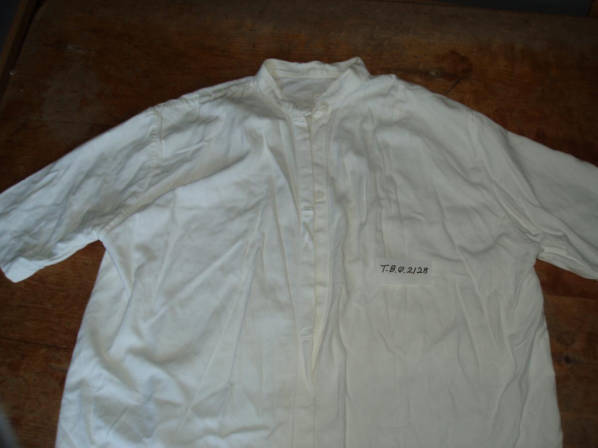 Blusen er sydd av en melsekk på 1940-tallet.