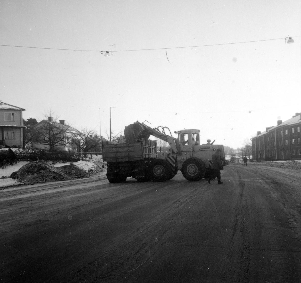 Orig. text: Vinterväghållning.Snöröjning på Vistvägen, sedd mot söder. Till vänster i bild Vimanshäll, till höger Ramshäll.