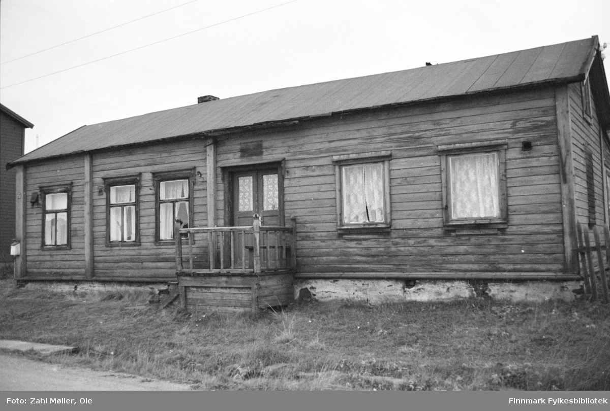 Vadsø, oktober 1969. Gammelt butikklokale med originale butikkskilt.