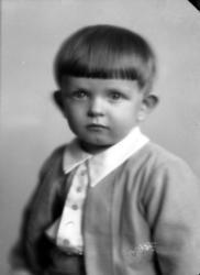 Ateljébild på en okänd pojke i kofta.