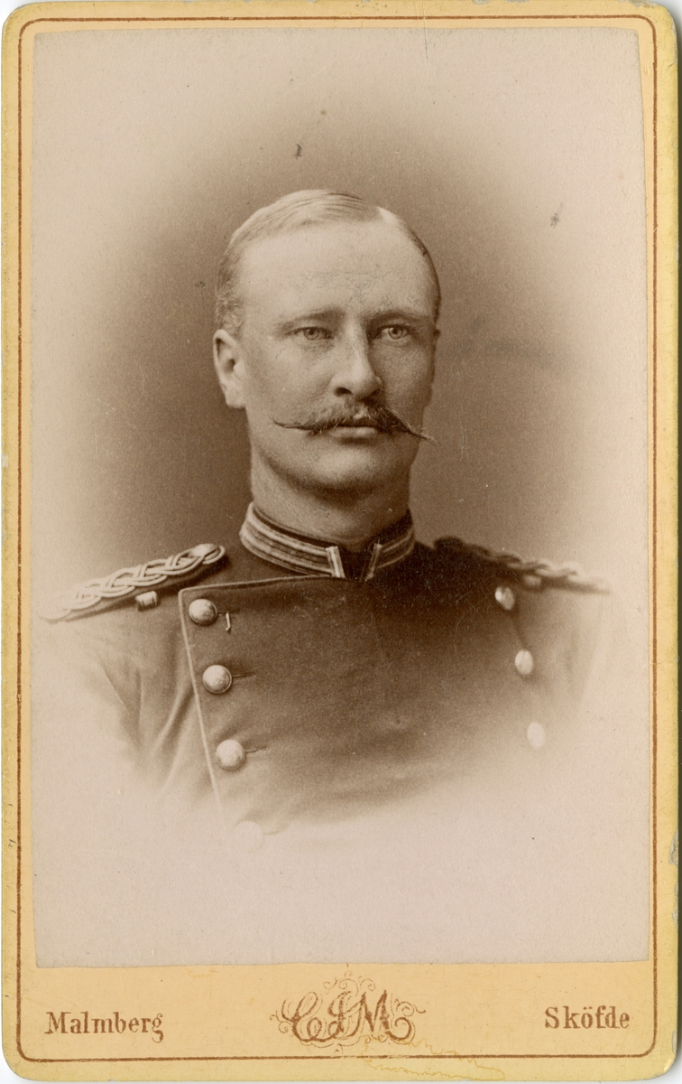Porträtt av Johan Gustaf Hjalmar Gardtman, officer vid Upplands regemente I 8. Se även bild AMA.0007430 och AMA.0009067.