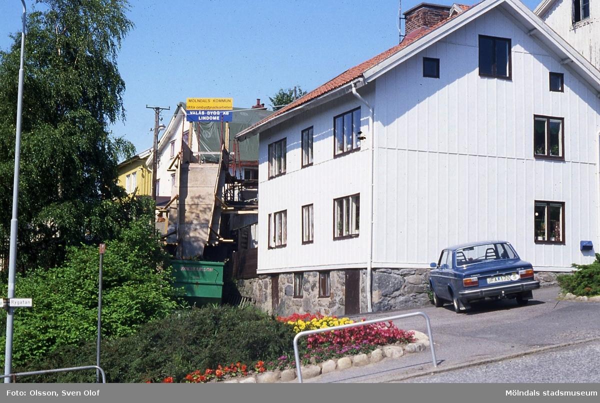 Ett hus i Roten M vid Rygatan i Kvarnyn, Mölndal, under renovering, år1982. Från höger ses Roten M 20, 21 och 22.