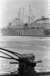 Ekensbergs varv 1970; pollare på brygga. I bakgrunden i dock