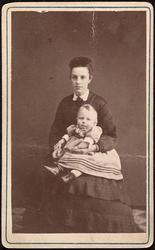Clara Mustad med sønnen Ole.