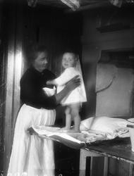 Tora Alinder håller Tore Alinder i köket, Sävasta, Altuna so