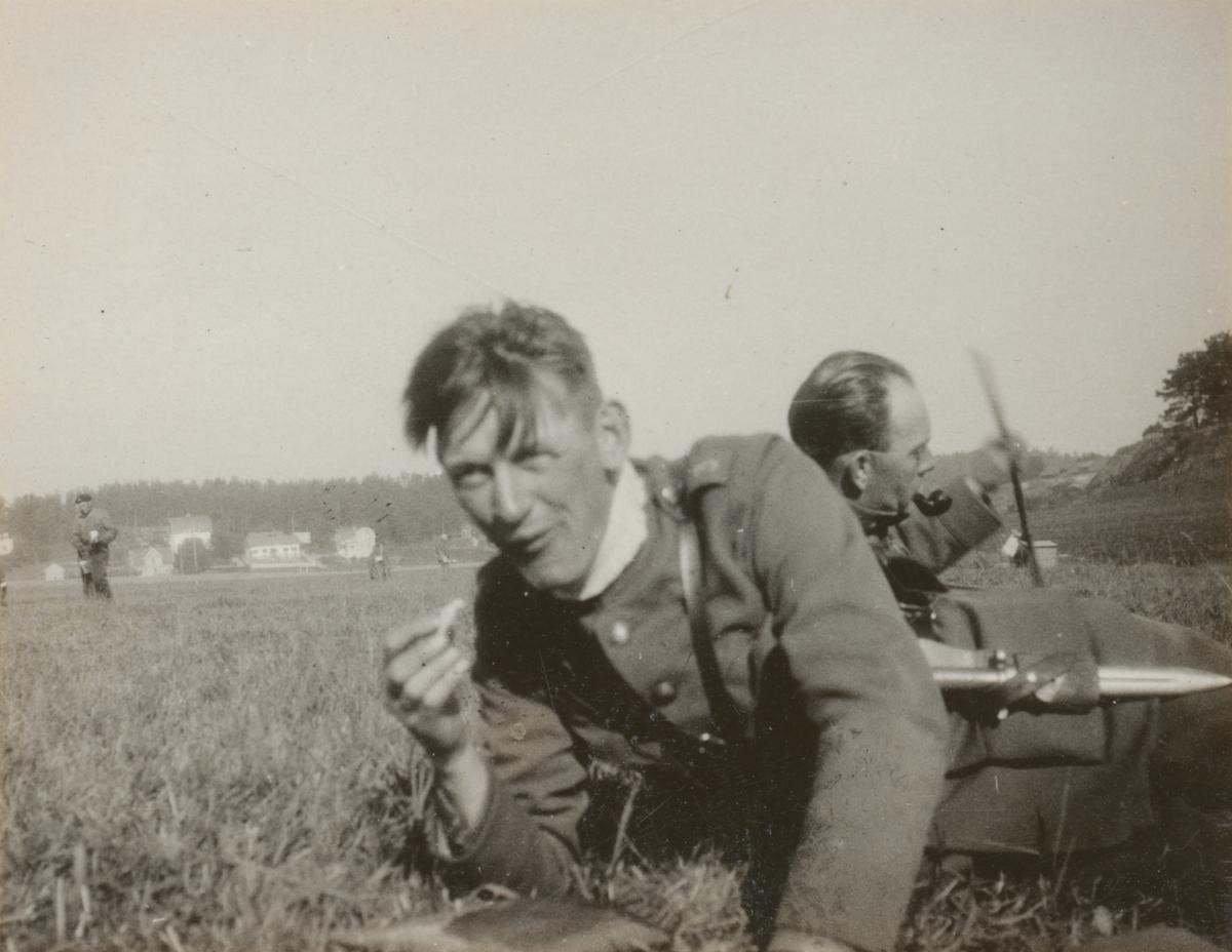 Måltid i naturen med löjtnant Kjell Festin från Livregementets grenadjärer I 3. Festin deltog i stridsvagnskursen vid Göta livgardes stridsvagnsbataljon år 1928-1930.