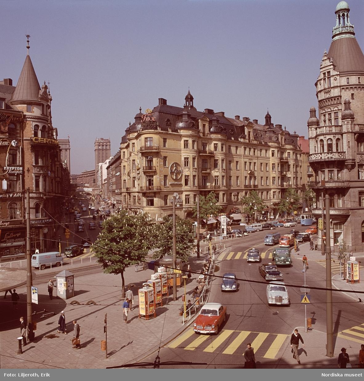 """""""Stockholm"""" . Människor och bilar i vänstertrafik, Stureplan mot Kungsgatan, Stockholm. I bildens förgrund en Volvo Amazon (modellen tillverkades 1956-1970)"""