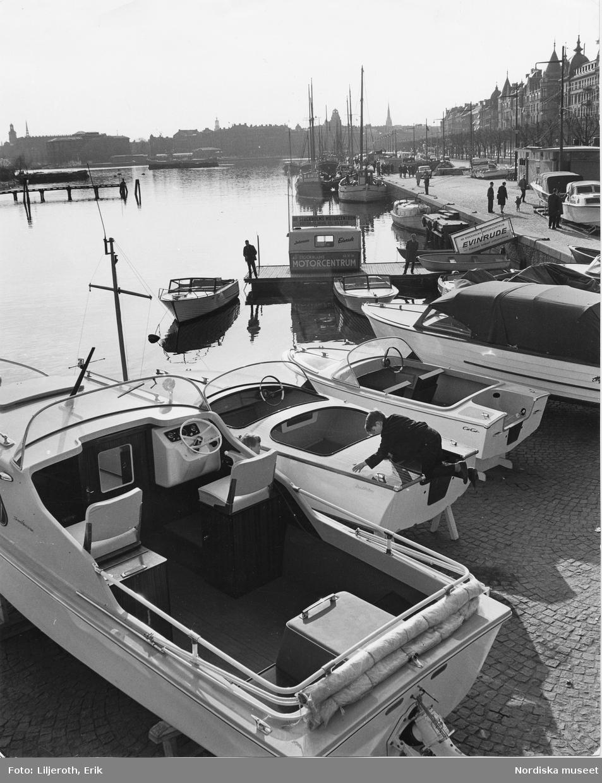 Motorbåtsförsäljning, Stockholms Motorcentrum, vid Strandvägen. Pojke klättrar på en båt.