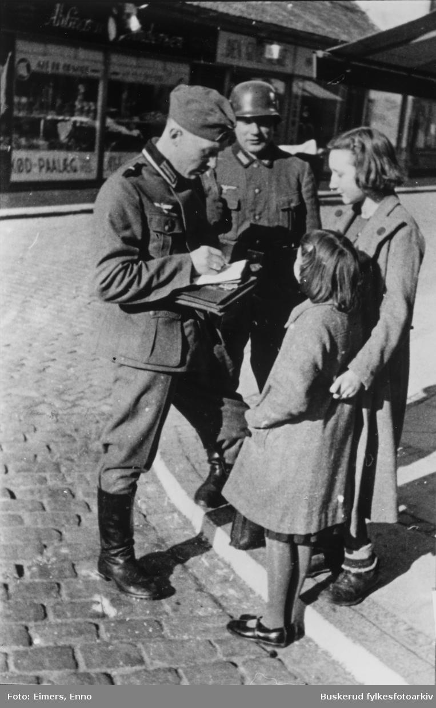 Ålborg 9.april 1940. Tyske soldater i samtale med danske jenter