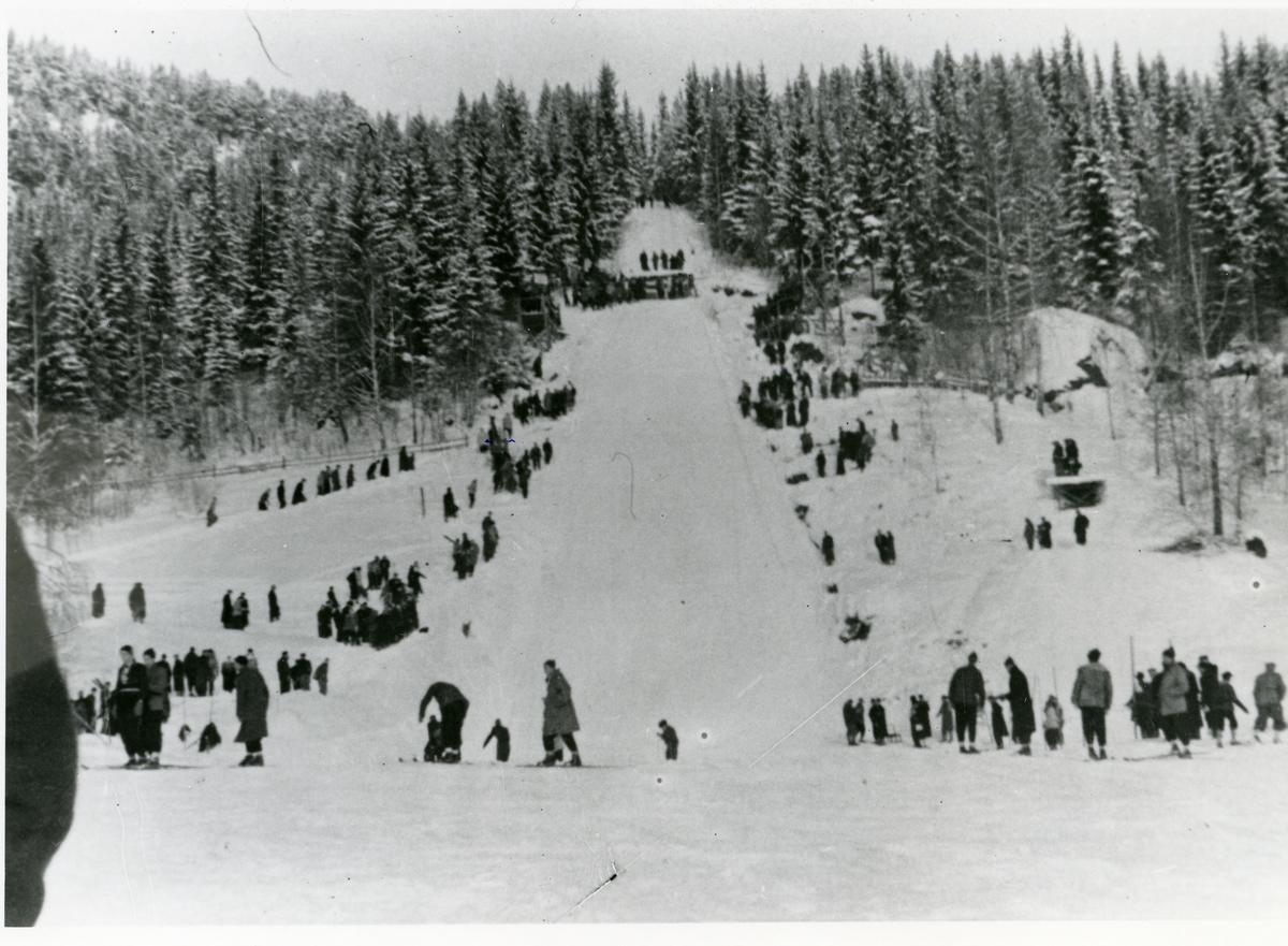 Hougsrudbakken i Begnadalen. Skirenn i 1920-åra.