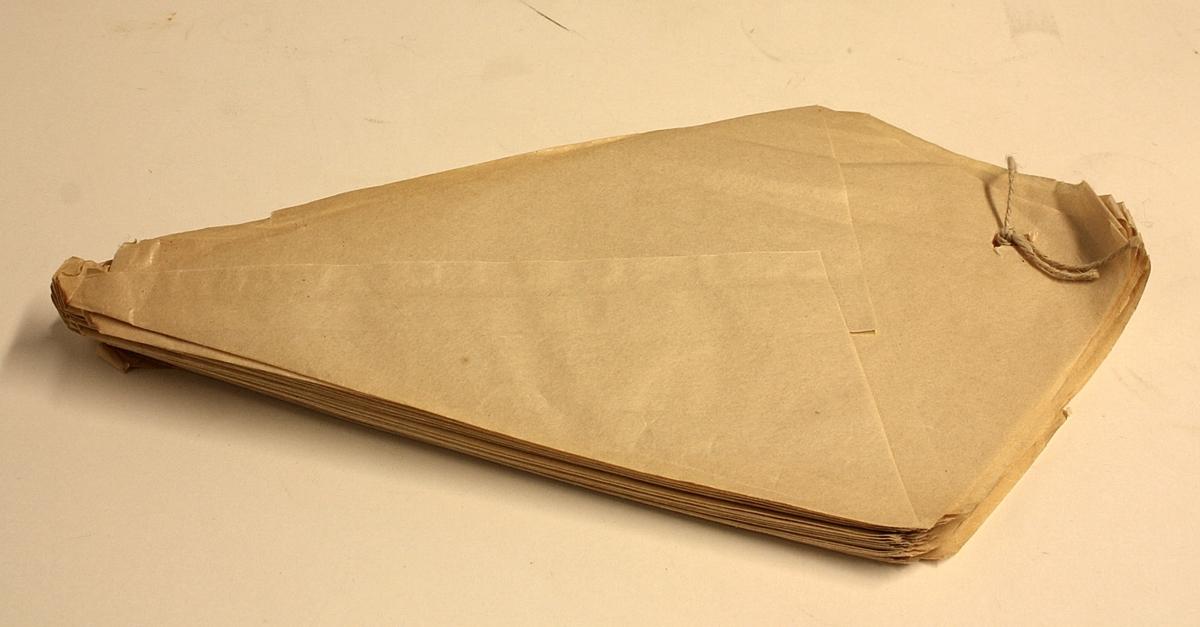 47 stykk spisse poser i glatt, brunt papir. Gjerne brukt i forbindelse med salg av søtsaker ol.