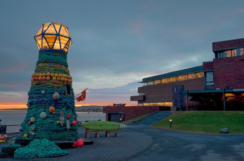 Fyrtårnet ved Norsk Maritimt Museum, laget av søppel fra havet. I bakgrunnen museumsbygningen. (Foto/Photo)