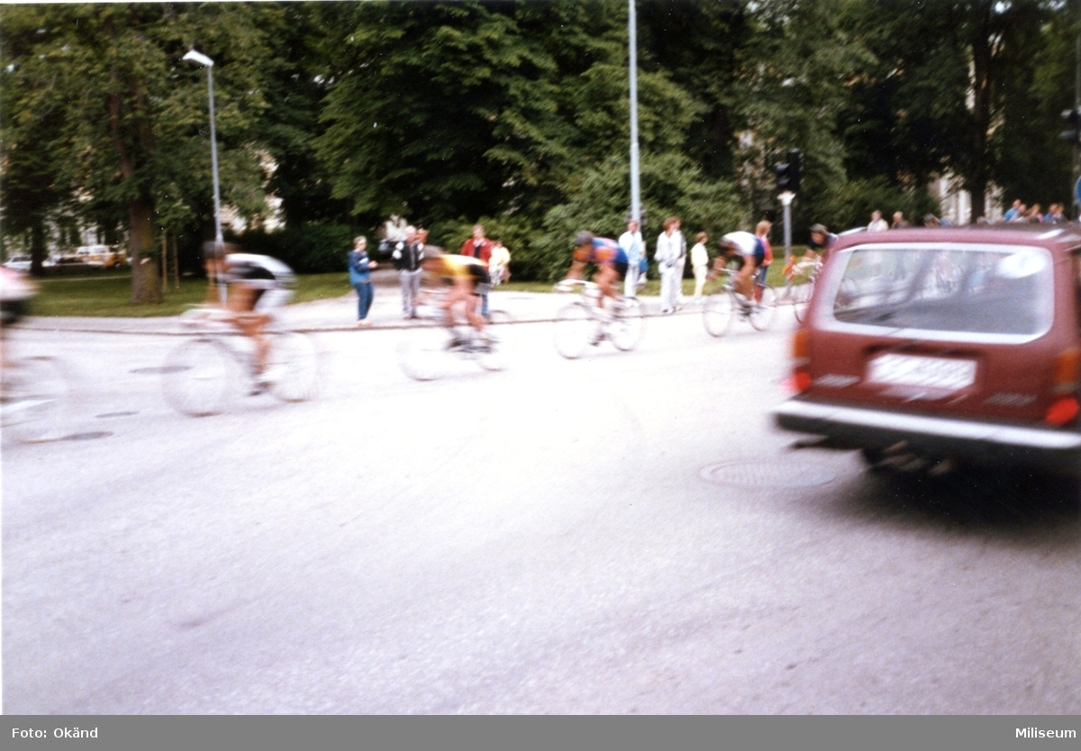 Avskedsceremoni, A 6. Avslutning. Cyklister, publik.