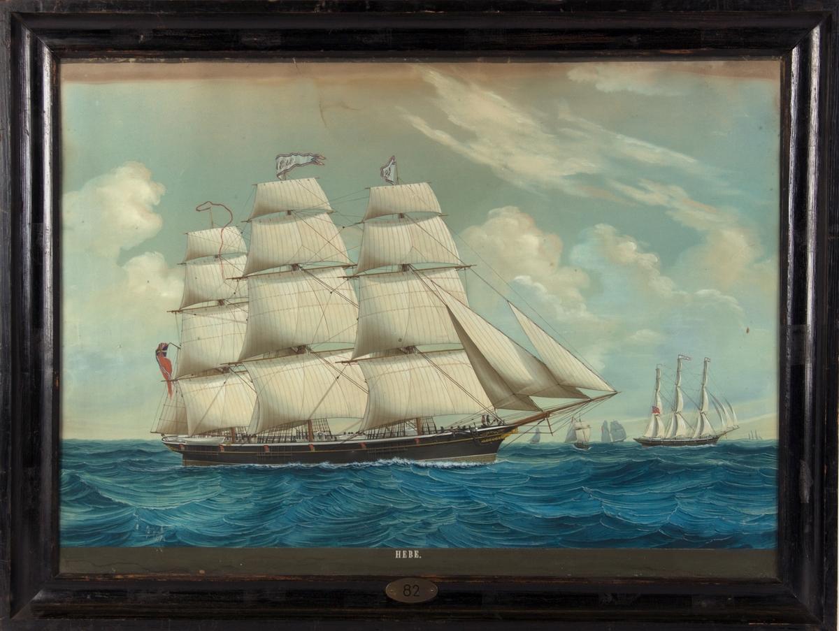 Skipsportrett av fullrigger HEBE under fulle seil i åpen sjø. Unionsflagg akter. Flere seilskip sees i maleriet.
