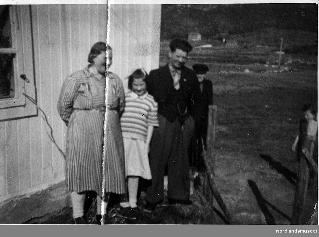"""Peder Pedersen f.1931 d.2003 ble på folkemunne kalt """"Peder Lakksko"""". Han ga fotoalbumet med 143 bilder til Nordlandsmuseet i Gildeskål i 1996. Han var bosatt på Sund i Gildeskål, og bildene har tilknytning til ham og hans familie på stedet."""