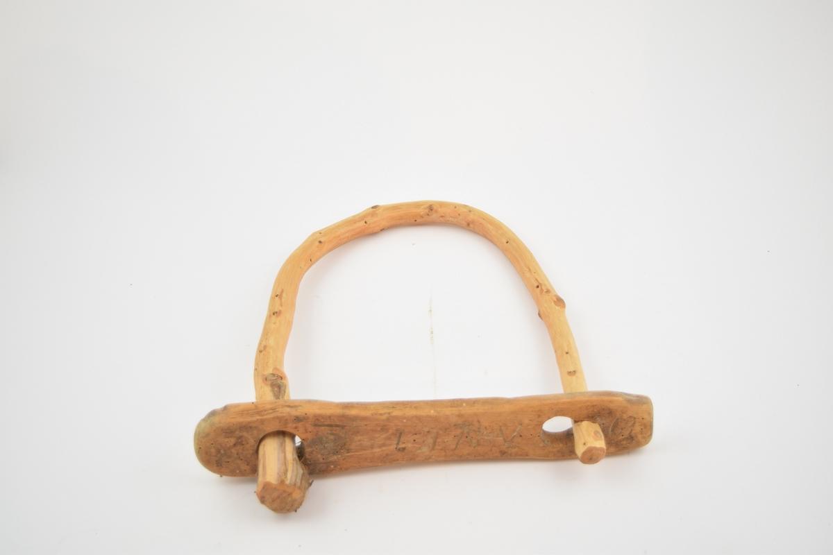 Kuklaver av tregreiner som er bøyd i u-form. Endene på U-ene er stukket inn i et tverrtre som er rektabgelformet, med et hull i hver ende, det ene av dem er formet som et nøkkelhull. Dette fungerer som en lås av klaven. En av endene på klaven har en stopper, enten en kvist eller et tilskåret hode. kKlavene har forskjellig størrelse.  8 stk.