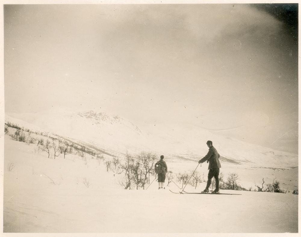 To menn på ski i høyfjellsnatur. Fjell, vinter, snø.