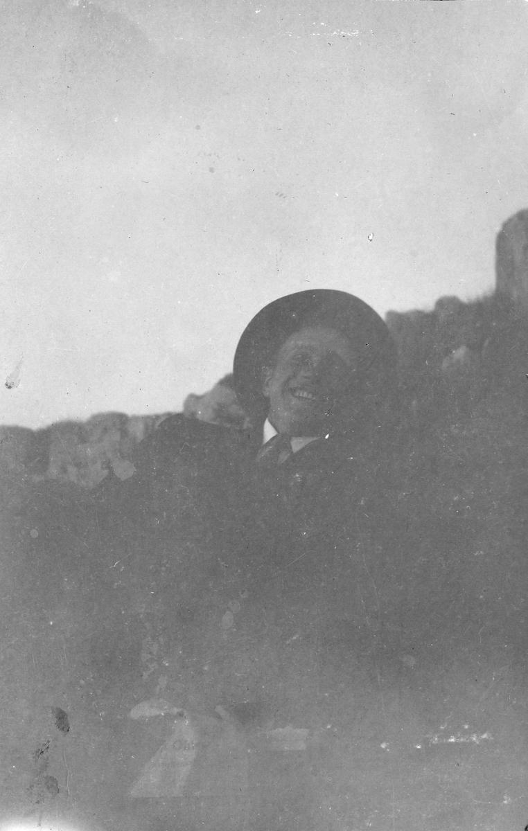 """Løytnant E.Røren på tur med Ranghild og Torgunn Gundersen. Bildetekst""""Vårbjerget 1916. Skagentur til"""