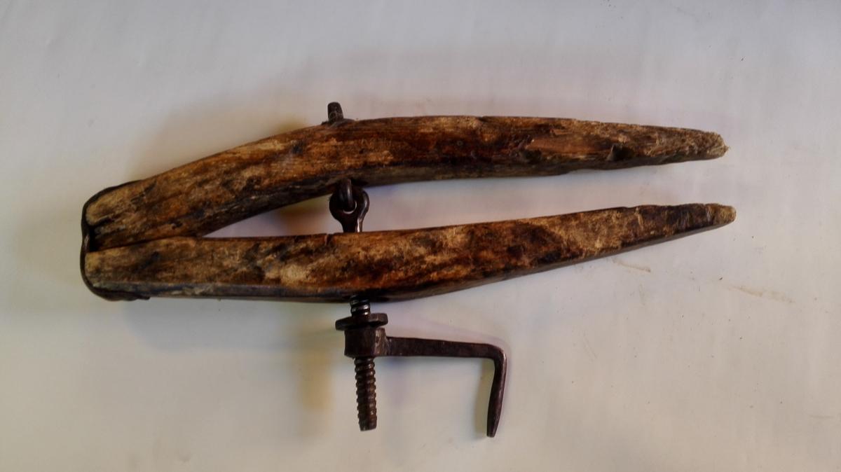Båtskrua er ca 70 cm lang, med jarnskrue og sveiv. Ho er hengsla saman med ein lærbit. Reiskapen er velbrukt, men i god stand.