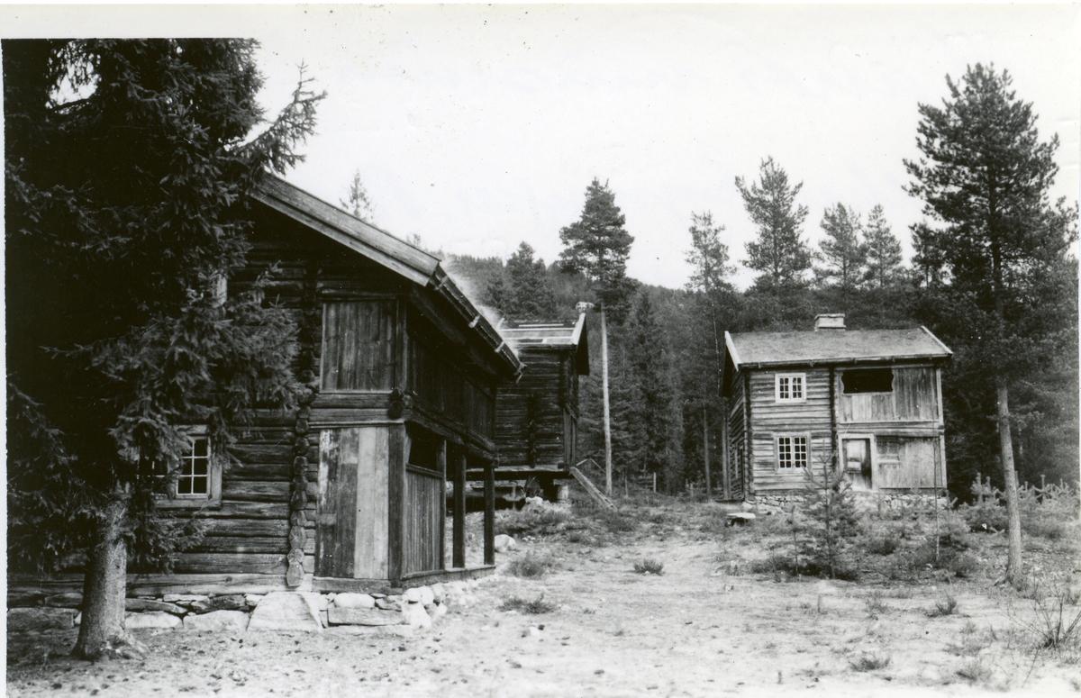 Land museum. Hvalhaugbygningen, Bronerstabburet og Hallurartbygningen. 3 gamle tømmerbygninger.