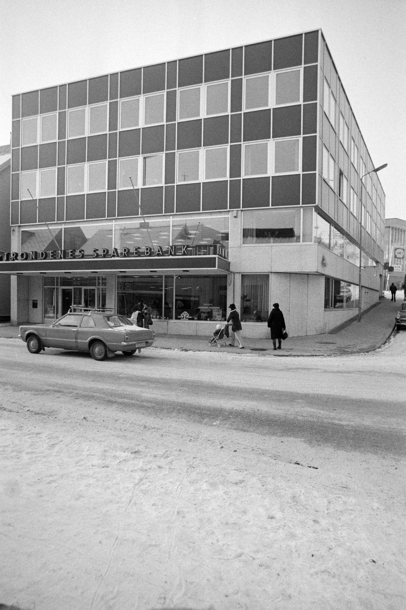Trondenes Sparebank i Strandgata. Bil i forgrunnen.