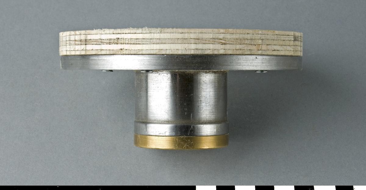 Planskiva, av stål och mässing, till svarv.  Funktion: Arbetsyta till svarv